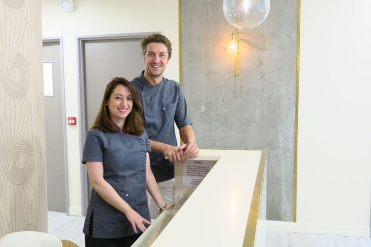 photo du docteur Yann Gauduchon et son assistante, paru dans le Parisien, clinique dentaire newport pantin